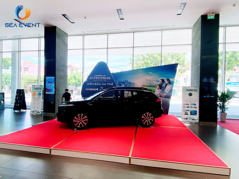 Thi-Cong-Booth-Trung-Bay-Ra-Mat-Xe-Toyota-Cross 12