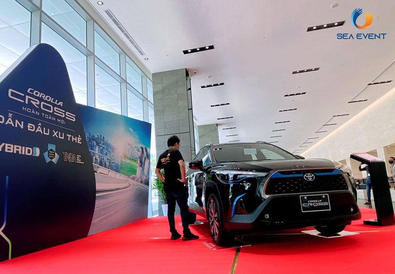 Thi-Cong-Booth-Trung-Bay-Ra-Mat-Xe-Toyota-Cross 14