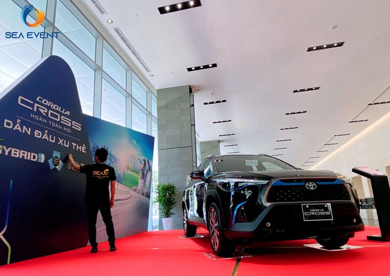 Thi-Cong-Booth-Trung-Bay-Ra-Mat-Xe-Toyota-Cross 15